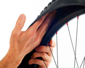 wymiana dętki w rowerze