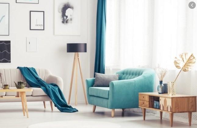 turkusowy fotel w salonie